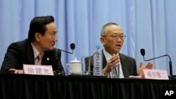 世界卫生组织主管卫生安全和环境事务高级官员福田敬二2013年4月22日在上海举行的新闻记者会上回答问题