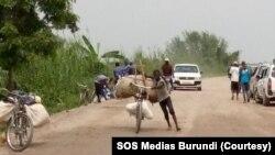 Abatwara amakinga bapakiye isukari mu Gatumba mu burengero bwa Bujumbura