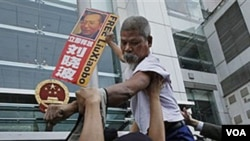 Un manifestante sostiene la foto del encarcelado disidente chino Liu Xiaobo en una manifestación en Hong Kong.