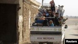 지난 24일 시리아 알레포 북부 마을 주민들이 트럭을 타고 피난하고 있다.
