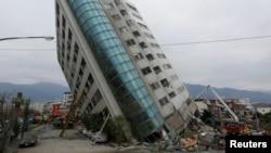 Un bâtiment menacant de s'écrouler après un tremblement de terre à Hualien, Taiwan le 7 février 2018.