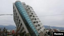 台湾花莲地震发生后,救援人员在一栋受损的建筑物旁边。