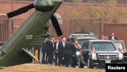 방한 중인 도널드 트럼프 미국 대통령이 8일 오전 비무장지대, DMZ를 전격 방문하려 했지만 기상 악화로 무산됐다. DMZ에 착륙하지 못하고 회항한 트럼프 대통령 전용헬기 마린원이 서울 용산미군기지에 내렸다.