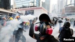 مظاہرین فورسز کی جانب سے فائر کیے گئے آنسو گیس کے گولے واپس اہلکاروں کی جانب پھینکنے کی کوشش کرتے رہے