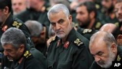 Генерал Кассем Солеймані (в центрі) на зустрічі в Тегерані 18 веренсня 2016 р.