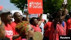 要求解救被绑架女孩的民众5月6日在尼日利亚驻华盛顿大使馆外示威抗议