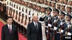 Wapres Tiongkok Xi Jinping (kiri) mendampingi Wapres AS Joe Biden dalam upacara penyambutan di Beijing (18/8).
