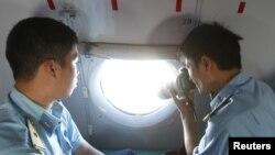 Nhân viên quân sự chụp ảnh qua cửa sổ từ máy bay của lực lượng không quân Việt Nam ngoài khơi đảo Thổ Chu, ngày 10/3/2014.