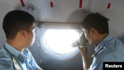Militares tiram fotos da área onde poderá ter desaparecido o avião.