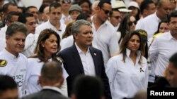 El presidente Ivan Duque camina junto a su esposa, María Juliana Ruiz y la vicepresidenta colombiana, Marta Lucía Ramírez, durante un mitin contra la violencia, luego de la explosión de un coche bomba en Bogotá.