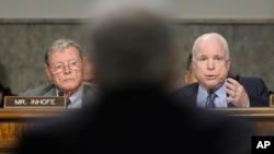 美國參議院共和黨參議員麥凱恩(右)1月31日在聽證會上向國防部長人選哈格爾提出質詢。