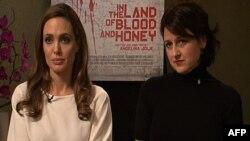 """Andjelina Džoli i Vanesa Glodjo, glumica u filmu """"U zemlji krvi i meda"""", razgovaraju sa novinarima uoči vašingtonske premijere."""