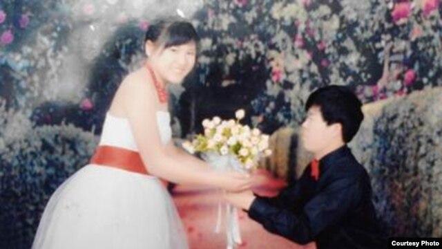 Ảnh cưới của Lý Thị Minh lúc 14 tuổi, và ông Pay Long Phe, một thợ hồ Trung Quốc.