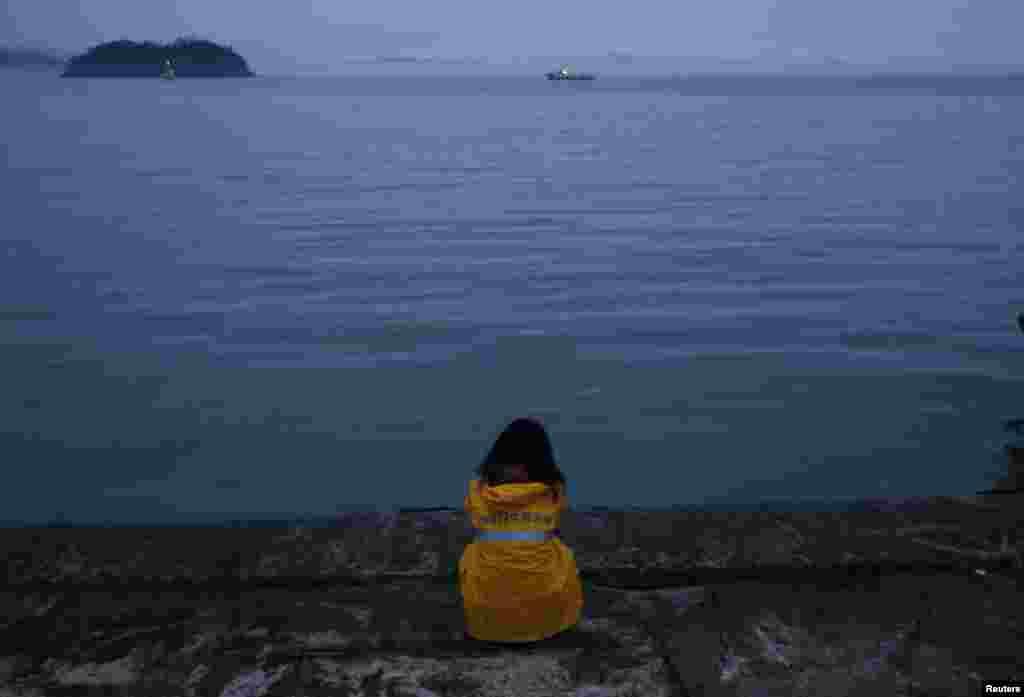 Samoća čekanja: Raste broj mrtvih nakon prevrtanja trajekta u moru Južne Koreje
