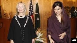 ລັດຖະມົນຕີການຕ່າງປະເທດສະຫະລັດ ທ່ານນາງ Hillary Clinton (ຊ້າຍ) ແລະລັດຖະມົນຕີການຕ່າງປະ ເທດປາກິສຖານ ທ່ານນາງ Hina Rabbani Khar (21 ຕຸລາ 2011)