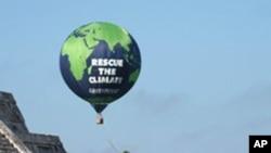 坎昆氣候變化會議期間環保團體綠色和平組織在墨西哥瑪雅遺址奇琴伊察放置一個要求各國重視氣候變暖問題的氣球