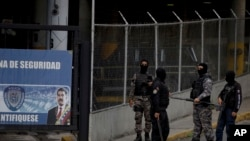 Un grupo de fuerzas del SEBIN en Caracas, el 16 de mayo de 2018. Agentes del servicio de inteligencia de Venezuela cerraron recientemente dos medios noticiosos en medio de una investigación de lavado de dinero. (AP/Fernando Llano)