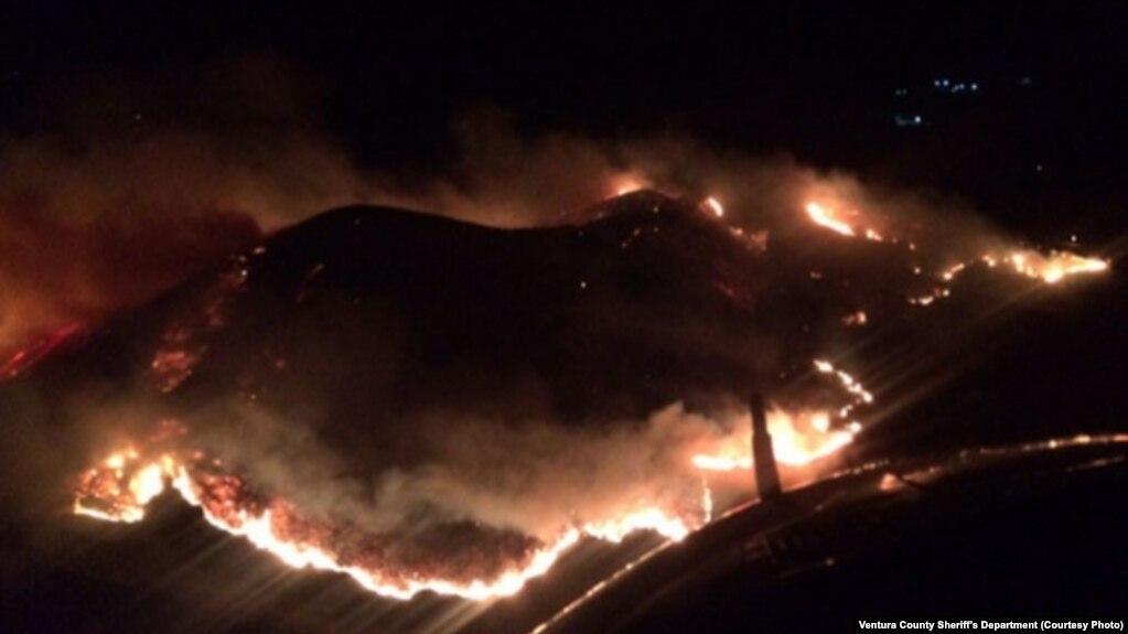 Cháy rừng ở Quận Ventura, bang California.