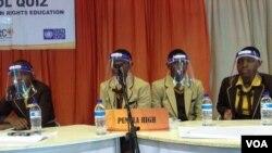 Abantwana abaphatheke kumncintiswano oweSchool Quiz Festival koBulawayo. (VOA)