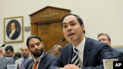 Ông Julian Castro, thị trưởng của San Antonio, Texas (phải) điều trần tại trụ sở Quốc hội 2/5/13