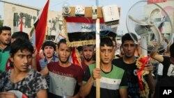 ປະຊາຊົນ ອິຣັກ ຫຼາຍພັນຄົນຕາກແດດລະດູຮ້ອນ ທີ່ເຜົາໄໝ້ເພື່ອຈັດການປະທ້ວງຕໍ່ລັດຖະບານສໍ້ລາດບັງຫຼວງ, ໃນຈະຕຸລັດ Tahrir ນະຄອນຫຼວງ Baghdad, 7 ສິງຫາ, 2015.