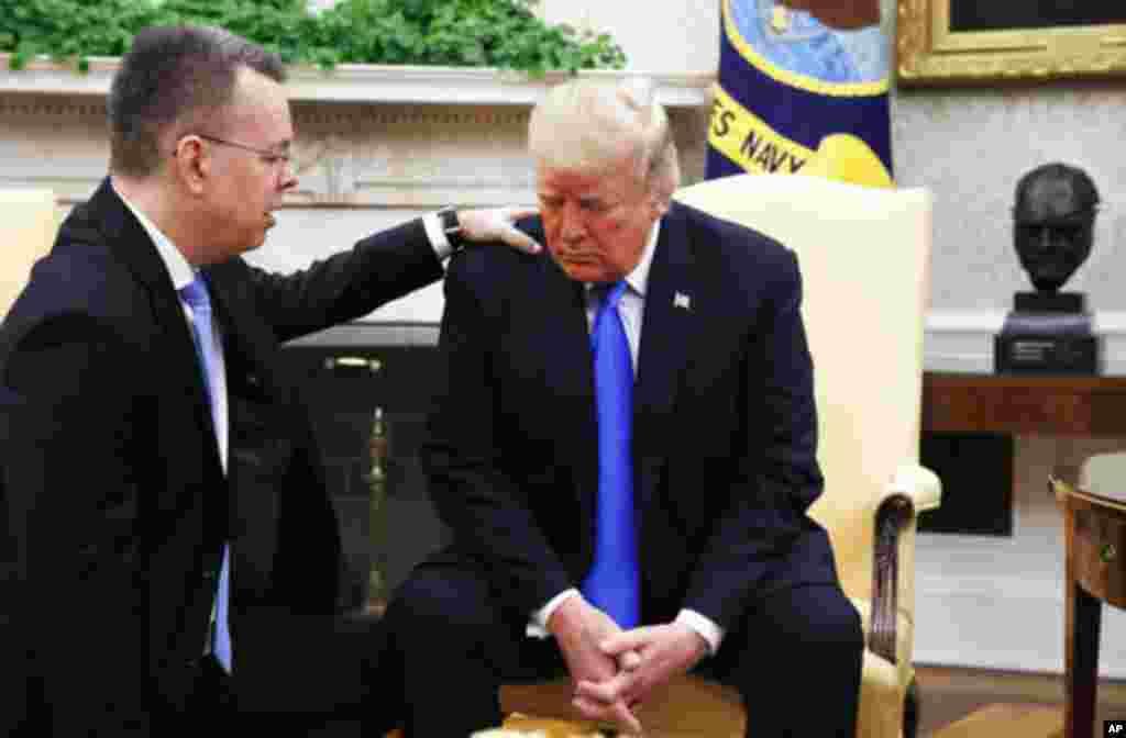 کشیش اندرو برانسون در کاخ سفید برای پرزیدنت ترامپ دعا و نیایش می کند.