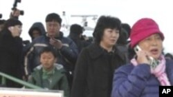 Des habitants de Yeonpyeon débarquant au port sud-coréen d'Incheon, à l'ouest de Séoul (AP)