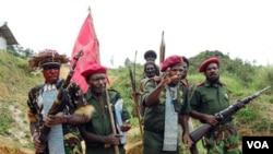 Pendukung OPM melakukan upacara bendera di Panjai, Papua tahun 2008 lalu. Status Otonomi yang diberikan pada Papua belum mampu menyelesaikan persoalan pemberontakan di sana (foto:dok).