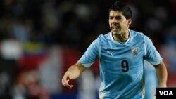 Luis Suarez mencetak gol kontroversial 'handball' bagi Liverpool ke gawang Mansfield dalam putaran piala FA (foto: dok).