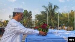 Mahamat Saleh Annadif, chef de la Minusma, déposant des fleurs sur le cercueil d'un casque bleu tué à Kidal, le 17 février 2016.