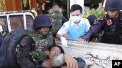 ທະຫານໄທຄົນນຶ່ງ ທີ່ໄດ້ຮັບບາດເຈັບ ໃນການສູ້ລົບກັນກັບກຳປູເຈຍ ຖືກສົ່ງໄປຍັງໂຮງພະຍາບານ ເມືອງ Phnom Dongrak ຈັງຫວັດສຸຣິນ (22 ເມສາ 2011)