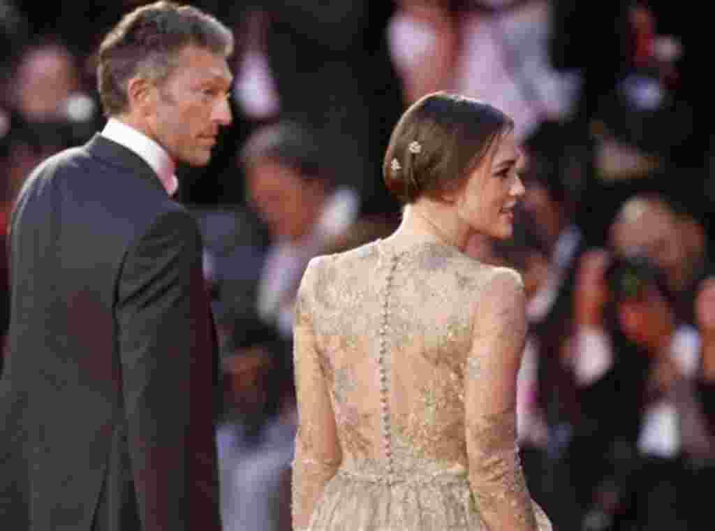 La actriz Keira Knightley, a la derecha, y el actor Vincent Cassel llegan para el estreno de su película 'Un método peligroso' en la edición 68 del Festival de Cine de Venecia en Italia.