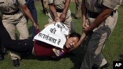 一名流亡藏人在抗议中呼喊反中国政府口号,在中国驻印度大使馆前被印度警察拘留(2011年11月2号资料照)