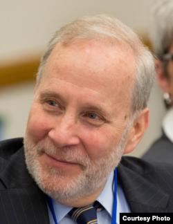 耶鲁大学法学院讲师、军事法专家尤金•费德尔(Eugene Fidell)
