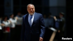 Le nouveau ministre israélien de la Défense Avigdor Lieberman lors d'une cérémonie de bienvenue à Tel Aviv, le 31 mai 2016.