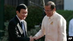 Tổng thống Philippines Benigno Aquino III bắt tay Chủ tịch Việt Nam Trương Tấn Sang tại Manila. Ảnh chụp ngày 26/10/2011.