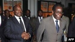 موگابه (راست)، ژوزف کابیلا رییس جمهوری دموکراتیک کنگو