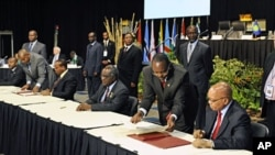 (From R to L) South African President Jacob Zuma, Namibia's President Hifikepunye Pohamba, King Mswati lll of the Kingdom of Swaziland and Malawi Prsident Bingu wa Mutharika sign an undertaking for further negotiations towards a tripartite free trade agre