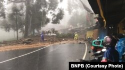Jalur menuju kawasan Puncak dari Jakarta, ditutup sementara akibat longsor, Senin, 5 Februari 2018. (Foto:BNPB)