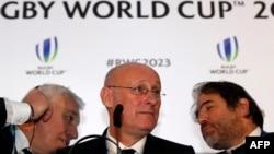 Le président du rugby français Bernard Laporte, au centre, donne une interview après la désignation de la France pour accueillir la Coupe du monde de rugby 2023, à Londres, le 15 novembre 2017.