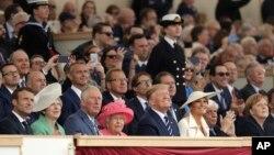 세계 각국 정상들이 5일 영국 포츠머스에서 거행된 노르망디 상륙작전 75주년 기념식에 참석했다. 앞줄 왼쪽부터 에마뉘엘 마크롱 프랑스 대통령, 테레사 메이 영국 총리, 찰스 영국 왕세자, 엘리자베스 2세 여왕, 도널드 트럼프 미국 대통령, 멜라니아 트럼프 여사, 프로코피스 파블로풀로스 그리스 대통령, 앙겔라 메르켈 독일 총리.