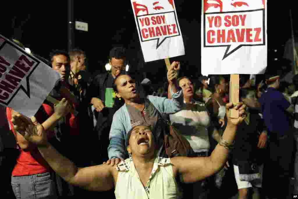 Những người ủng hộ ông Hugo Chavez cầm tấm bảng với hàng chữ 'Tôi là Chavez' tại Caracas, Venezula, ngày 5/3/2013.