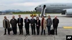 Nhóm đàm phán hòa bình của chính phủ Colombia và lực lượng vũ trang cách mạng Colombia (FARC) chụp ảnh trước khi vào máy bay của Không quân Colombia tại sân bay quân sự ở Bogota, Colombia, 16/10/2012