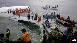 13일 인도네시아 휴양지 발리섬에서 착륙 도중 바다로 빠진 항공기.