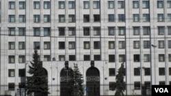习近平星期六访问了俄罗斯国防部,并参观了作战指挥中心。(美国之音白桦拍摄)