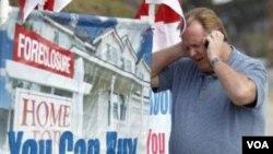 Seorang pengusaha perumahan di depan papan iklan, Norco, California (Foto: dok). Banyak bank menangguhkan proses penyitaan rumah tahun 2011.