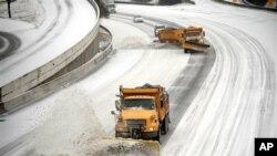 2月12号铲雪车在亚特兰大州际公路上清除积雪