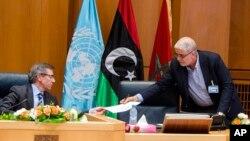 Bernardino Leon, à gauche, l'envoyé spécial de l'ONU pour la Libye, reçoit un document de Mustafa Abushagur, un représentant du gouvernement internationalement reconnu qui a fui à Tobrouk, en Libye, au cours d'une réunion à Skhirate, Maroc, 2 juillet 2015.