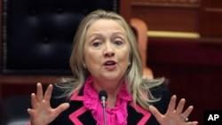 Mantan Menlu Hillary Clinton, mempertimbangkan untuk maju sebagai Capres AS tahun 2016 (foto: dok).