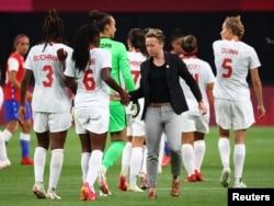 Quinn (nomor 5) dalam pertandingan sepak bola putri Olimpiade Tokyo 2020 Grup E antara tim kesebelasan Chilli melawan Kanada di Sapporo Dome, Sapporo, Jepang, 24 Juli 2021. (REUTERS/Kim Hong-Ji)